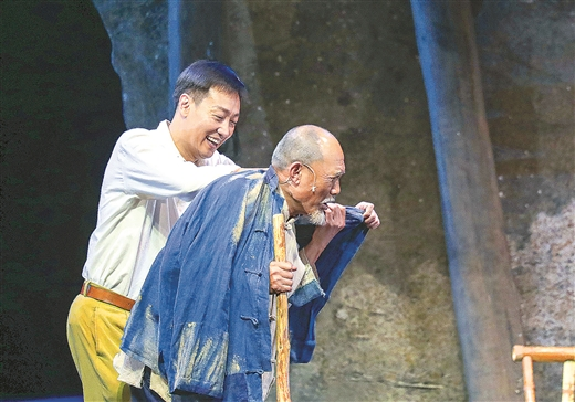 4月13日晚,第29届中国戏剧梅花奖现场竞演开幕式在南宁剧场举行,话剧《谷文昌》进行了首场竞演。图为演出剧照。本报记者 周 军 唐典胜/摄