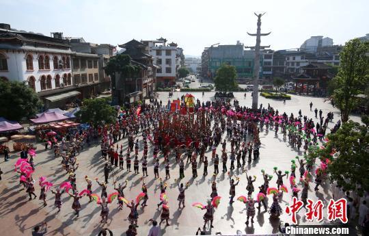 少数民族同胞在吹笙踩。 龙林智 摄