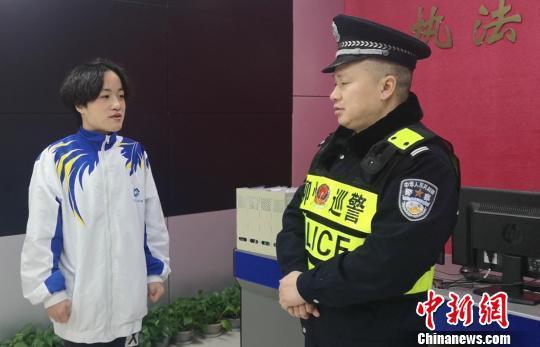 林敏在和民警讲述事发经过。 朱柳融 摄