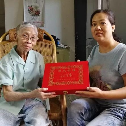 桂林82岁老人捐出珍藏的宝贝!让信仰传递下去