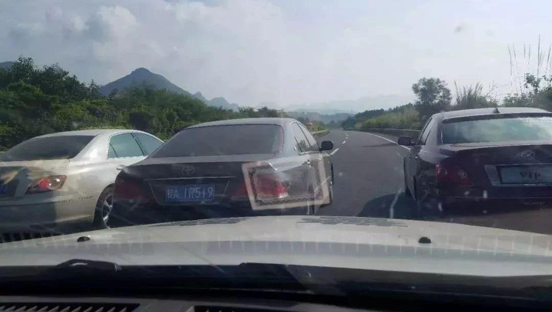 广西警车在高速被多辆小车围堵 目前仍有2车在逃
