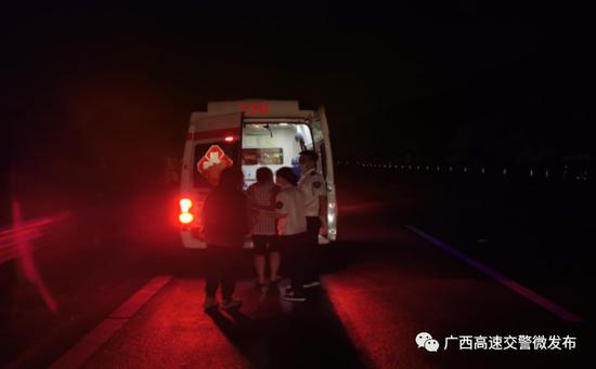 图为送伤者上救护车