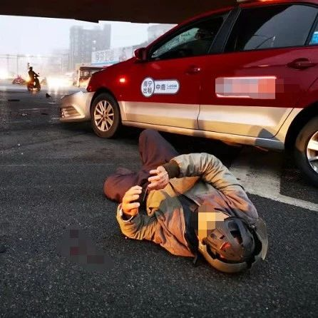 南宁电动车骑手被出租车撞飞 躺地后淡定玩手机