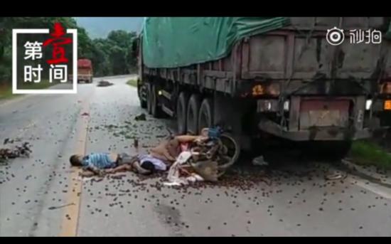 桂林:无牌摩托车追尾重型半挂牵引车 夫妻当场死亡