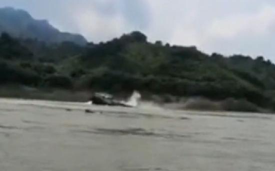 7月27日,广西武宣一货船触礁倾覆,船主妻子落水后失联。视频截图