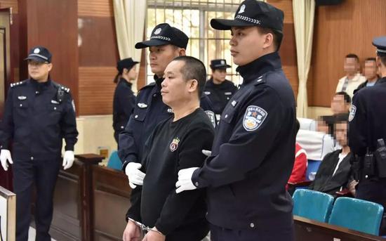罗朝焕(图中戴手铐者)。平南县法院供图