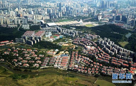 南宁市青秀山公园脚下的居民区。新华社记者张爱林 摄