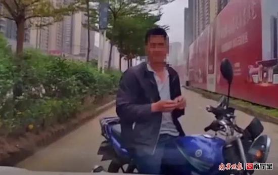 扣5分罚250元!横县一摩托车手逆行还拦路挑衅行驶车辆