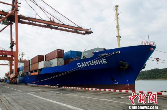 越南胡志明港—防城港水果航线货轮靠泊防城港。 翟李强 摄