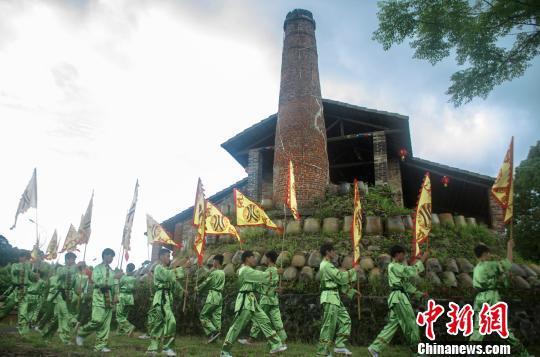 广西钦州举行千年古陶火祭大典 最长古龙窑开窑