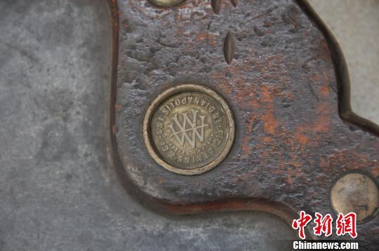 邱汉泉家中现有10把锯琴,其中包括1887年12月生产的的古锯。 孙宏瑗 摄
