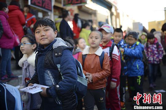 资料图:小学生排队走出校园。中新社记者 刘文华 摄