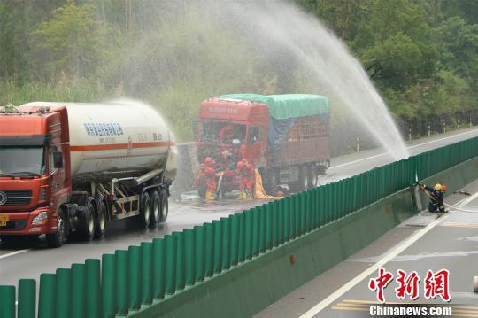 一辆货车与一辆实载22.34吨液态乙烯的槽罐车发生追尾。 黎上文 摄