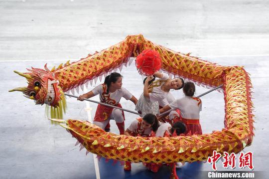 广州大学女大学生参加研究所组的五人龙比赛。 杨华峰 摄