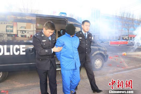 图为犯罪嫌疑人在被押解途中。科左中旗公安局