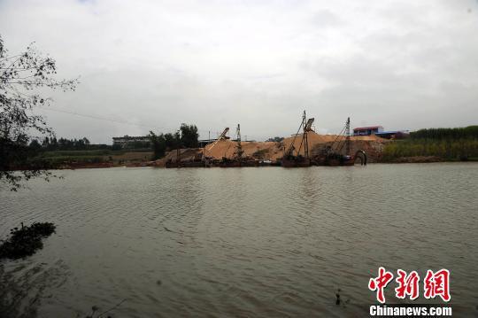 图为广西谢天商贸有限公司堆放河沙的堆放场。 蒋雪林 摄
