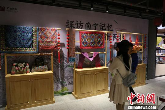 图为游客在广西特产纪念品馆参观 林浩 摄