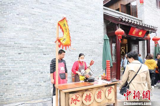 图为传统小吃摊位 林浩 摄