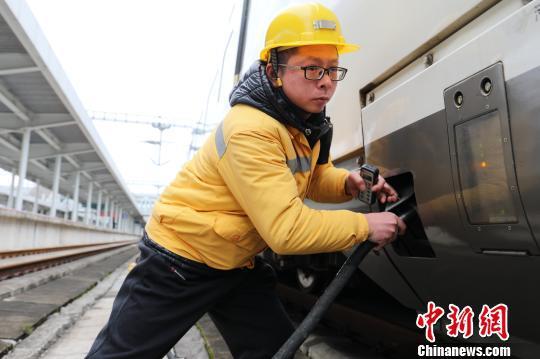 上水工曾毅每天为列车上水350000公斤。 郑长贤 摄