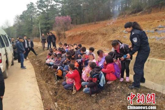 图为民警从车里带出的43名小学生。鲁甸县公安局供图