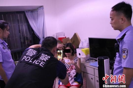 图为警方确认犯罪嫌疑人身份 童怡文 摄