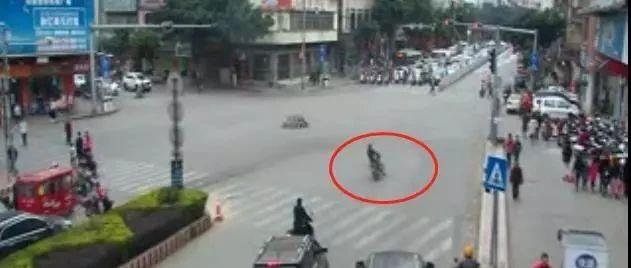 广西未成年驾驶摩托车走S形飙车 直接撞飞行人