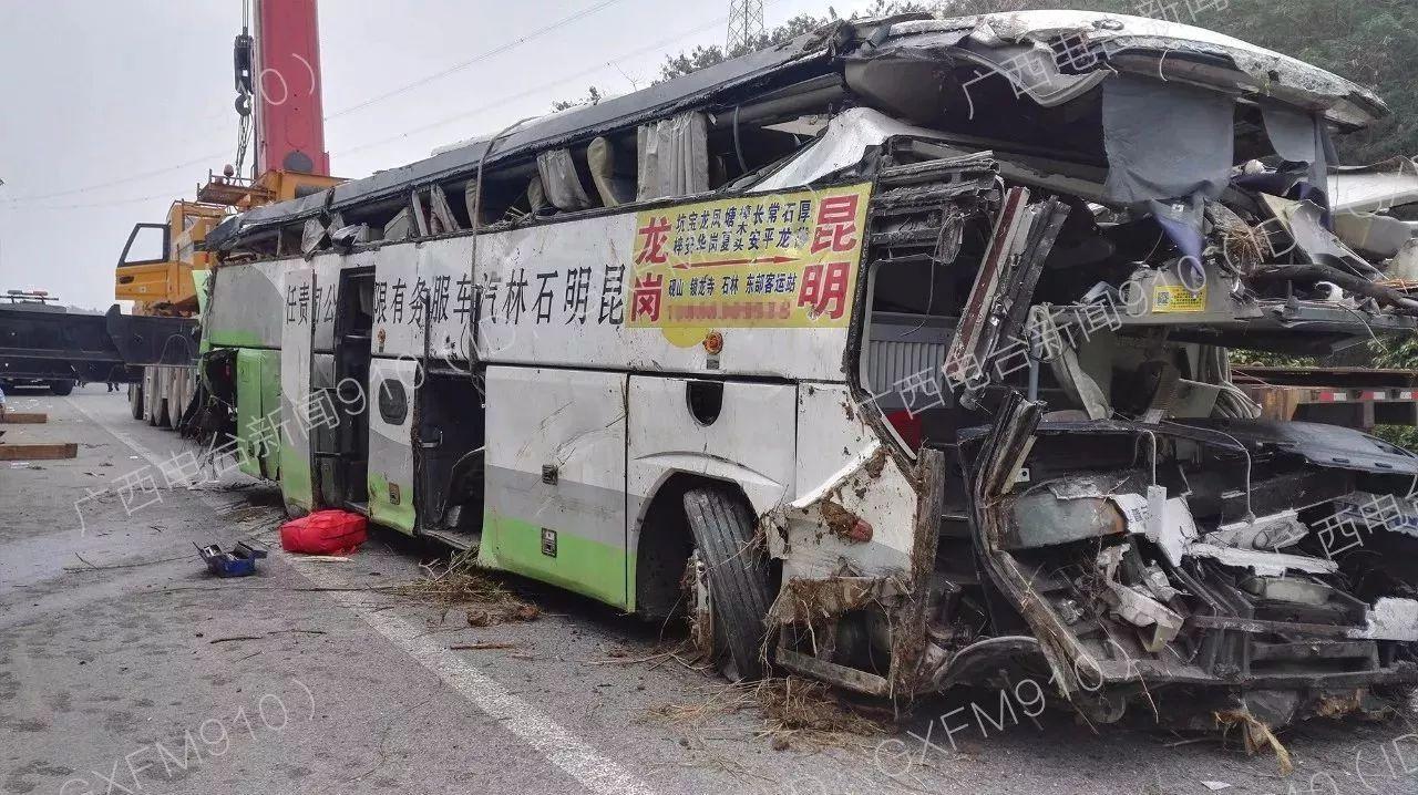 最新|广昆高速百色段大客车追尾致4死 现场一片狼藉