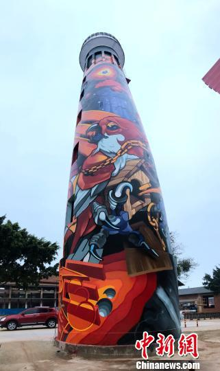 图为水塔上色彩艳丽的涂鸦图案。 钟建珊 摄