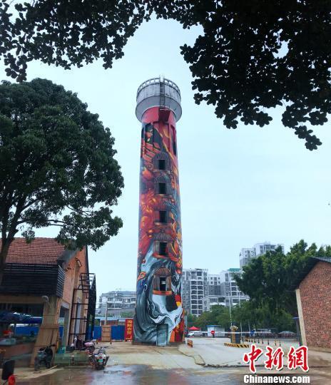 """图为换上""""新衣""""的水塔矗立在老旧的厂房区内。 钟建珊 摄"""