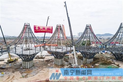 东盟馆钢结构工程封顶记者段柳健摄