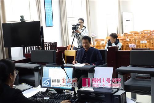 被告人郑某出庭受审