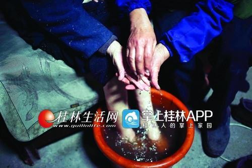 每天陈登銮都用草药水给老伴泡手脚。