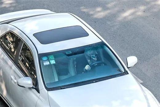1月19日下午2时许,在邕武路上,一名小车司机在用手机聊语音↑↑