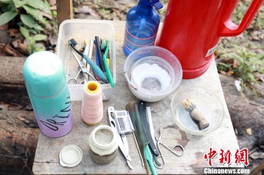 绞脸用的棉线和谷壳灰等工具。 朱柳融 摄