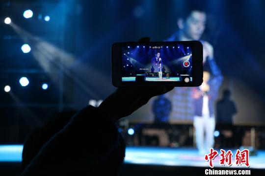 图为歌迷现场录制视频 林馨 摄