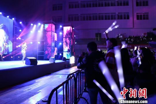 图为现场粉丝激动围在第一排拍照 林馨 摄