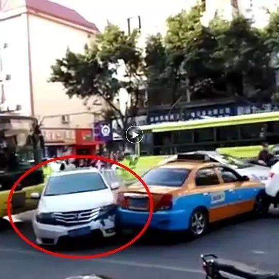 """暴力冲撞、挥刀追赶 这些司机的""""暴力""""行径太可恶"""