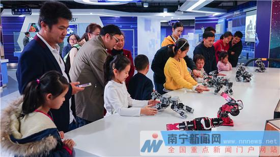 """南宁市科技馆人气旺 市民体验""""科技年味"""""""