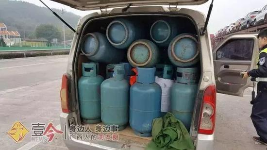 车厢内塞满了煤气罐。 今报通讯员李婕 摄