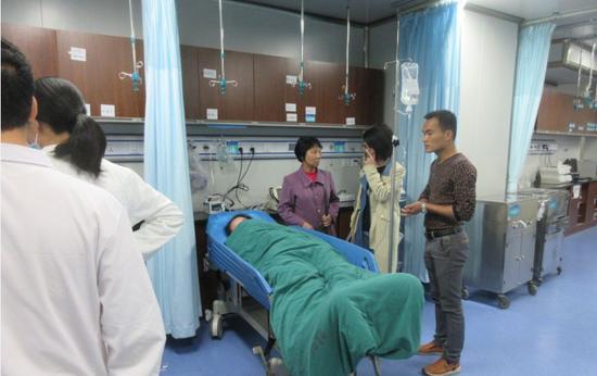 女孩家属到医院照顾女孩
