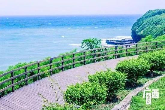 位于涠洲岛东海岸,这里主要是贝壳和火山石磨细成的黑沙石,海岸