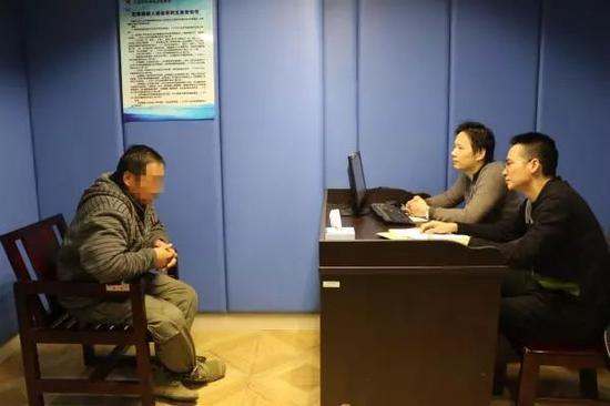 犯罪嫌疑人赵开正在接受民警审讯。 本文图片均为上海奉贤警方提供