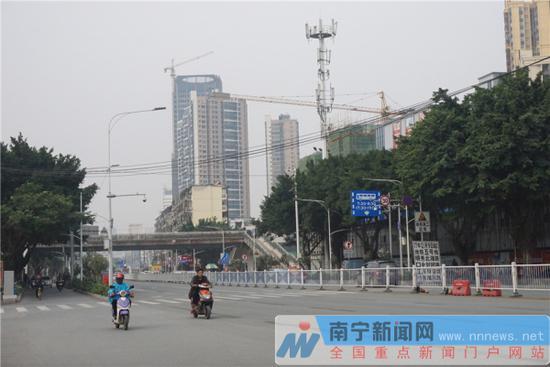 明秀东路增设封闭施工提示牌。