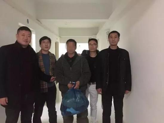 犯罪嫌疑人赵开被民警带回上海。