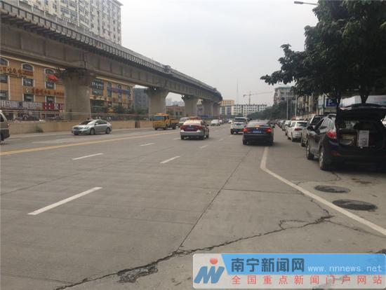 明秀东路南一里双向六车道通行,单幅为三机一非,基本满足市民绕行出行需求。