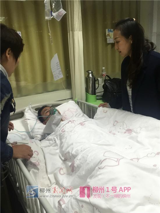 学校老师到医院看望受伤的小梁