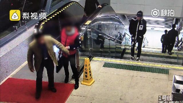 什么仇什么怨?南宁一醉汉地铁口骚扰陌生男子(视频)