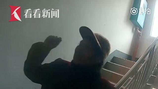女儿不够关心自己 桂林7旬老太持菜刀狂砍女儿家大门