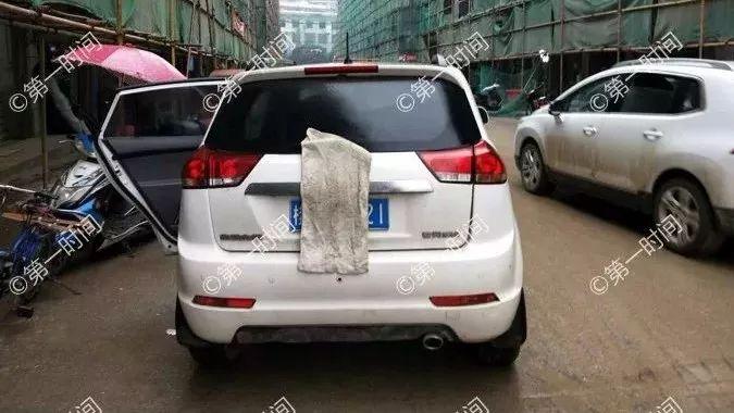 无语!桂林女子耍小聪明 乱停车后拿毛巾遮车牌