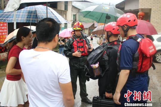 消防救援人员正在询问情况。 熊有发 摄